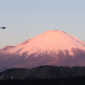 """こんばんは! 川間北口の阿部です。  富士山でーす。 旦那が仕事で静岡に行って富士山を見てきた写真をいただきましたが、こんなにきれいに見えるんですねー! この富士山をみてると今年も良い年になりそー な気がします。  a href=""""http://hellobrp.com"""" target=""""_blank"""">☆オフィシャルホームページはこちら☆ ☆川間北口店ホームページはこちら☆"""